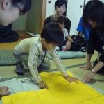 ちょっとくちゃくちゃにして、みんなの黄色い紙を貼り合わせます
